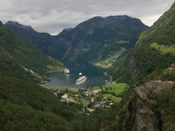 Fjord Geiranger při pohledu zvyhlídkové plošiny