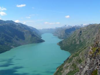 Jezero Gjende, které leží vnadmořské výšce 984 m n. m.