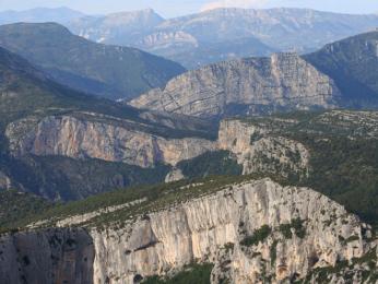 Kaňon Verdon je místy hluboký až 700m