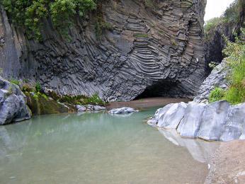 Řeka Alcantara protékající stejnojmennou soutěskou tvořenou čedičovými útvary