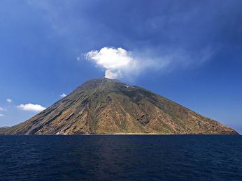 Pohled na soptící vulkán Stromboli