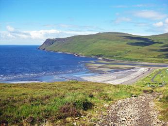 Členité pobřeží Skotska tvoří zálivy azátoky