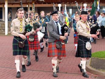 Skotové hrající na dudy v tradičním kiltu