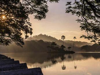 Jezero Kandy vcentru stejnojmenného města vprovincii Central