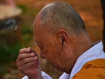 Buddhistický mnich při každodenním rituálu
