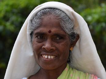 Tamilské ženy si zdobí čelo barevným puntíkem