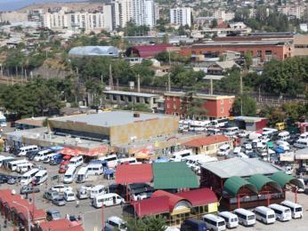 Lehce chaotické autobusové nádraží Didube plné maršrutek