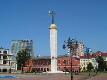 Evropas Moedani je hlavním náměstím Batumi skontroverzní sochou Médey