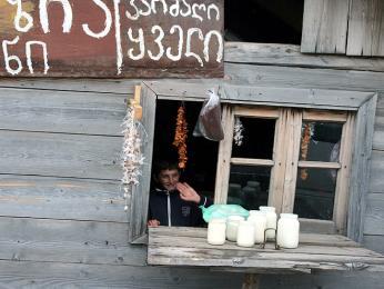 Domácí jogurt koupíte od místních pastevců, sedlo Goderzi