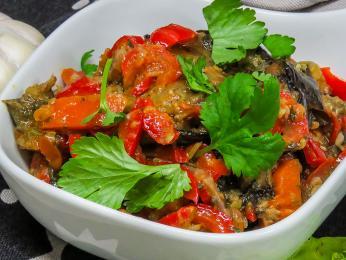 Dušená směs zlilku, brambor, rajčat apaprik se nazývá adžapsandali