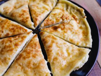 Chlebová placka chačapuri imeruli je plněná slaným imeretským sýrem