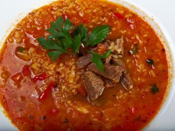 Pikantní polévka charčo obsahuje kromě masa irýži, slívy avlašské ořechy