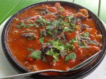 Do kořeněného hovězího guláše ostri se přidávají rajčata, cibule akoriandr