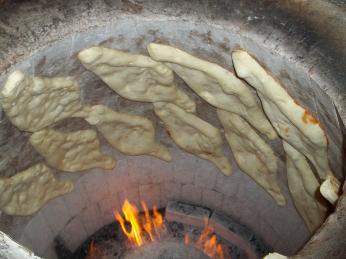 Tradiční gruzínský chléb šotis puri ve tvaru kánoe se peče vhliněné peci tone