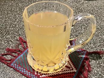 Nápoji ze studené nebo horké vody acitronového džusu se říká kwast