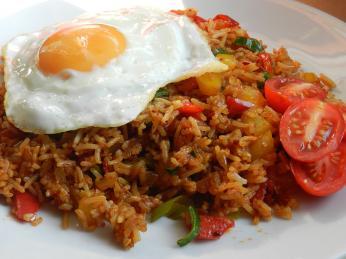 Smažená rýže nasi goreng původem zIndonésie zdomácněla ivNizozemsku