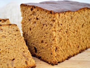 Snídaňový či pepřový koláč ontbijtkoek je kořeněný hřebíčkem, skořicí azázvorem