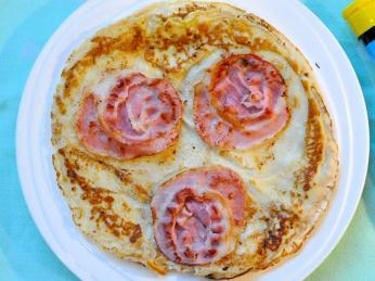 Palačinky pannenkoek mívají různé přísady, zde slaná varianta se slaninou