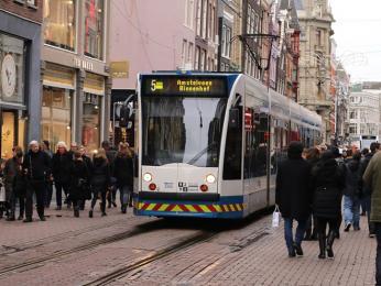 Tramvaj křižující pěší zónu vcentru Amsterdamu
