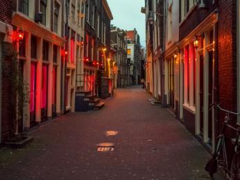Noční život ve čtvrti červených luceren