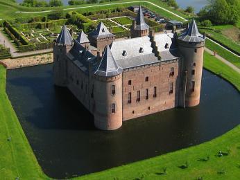 Impozantní vodní hrad vMuidenu