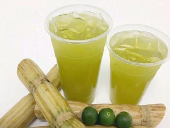 Čerstvě vylisovaná šťáva z cukrové třtiny a citrusů