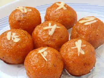 Laddú - jedna z podob sladkých kuliček vcukrovém sirupu