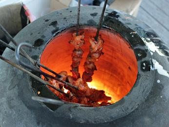 Maso se často připravuje v hliněné peci tandúr