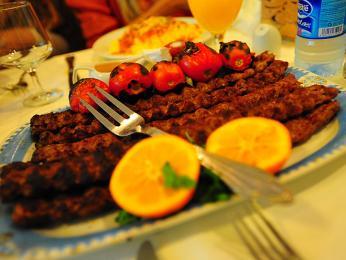 Kabab barg - marinované maso nakrájené na plátky a naložené do marinády