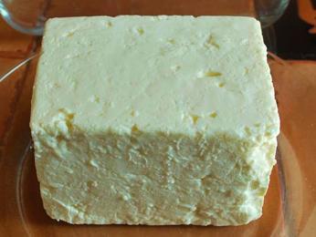 Panir je íránský sýr typu feta často podávaný se zelenými bylinkami
