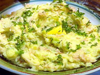Colcannon obsahuje především bramborovou kaši a kapustu nebo hlávkové zelí