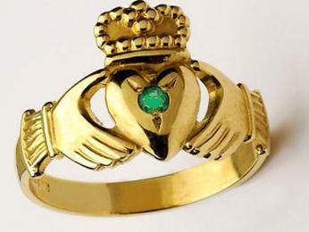 Na prstenu Claddagh srdce symbolizuje lásku, ruce jsou symbolem přátelství a koruna představuje věrnost či loajalitu