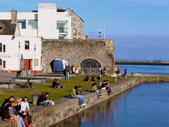 Spanish Arch vznikl na ochranu lodí přivážejících zboží do přístavu, zejména ze Španelska