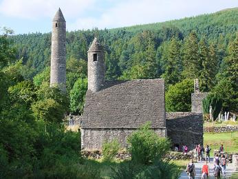 """Glendalough v překladu zirštiny znamená """"údolí dvou jezer"""""""