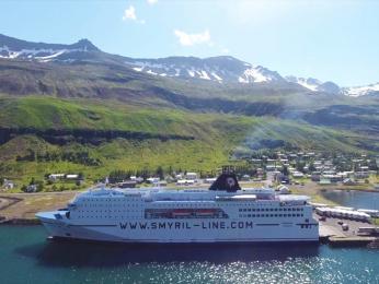 Trajekt společnosti Smyril Line kotvící vislandském přístavu Seydisfjordur