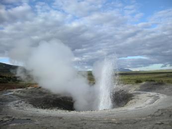 Praotec všech gejzírů světa Geysir a jeho probuzení po zemětřesení v roce 2008