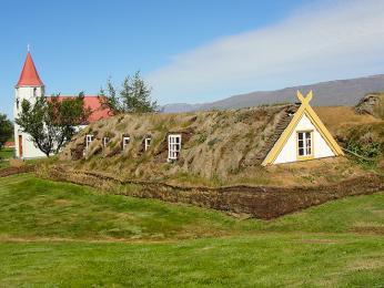 Domek částečně zapuštěný do země ve skanzenu Glaumbær