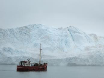 Plavba lodí ve fjordu Iluissat podél Grónska