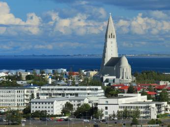 Pohled shora na moře aobrovský kostel Hallgrímskirkja viditelný odevšad