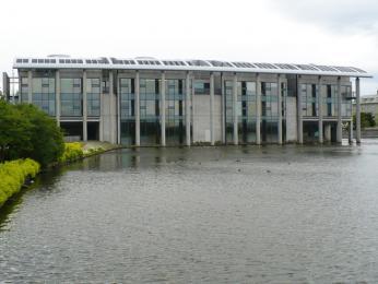 Modernistická budova radnice zoceli, skla achromu