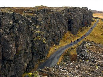Tektonická puklina Almannagjá široká několik metrů vNP Thingvellir