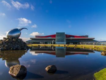 Moderní budova mezinárodního letiště vKeflavíku