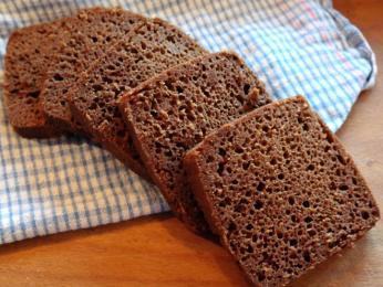 Tmavý žitný chléb rúgbrauð se krájí na čtvercové plátky