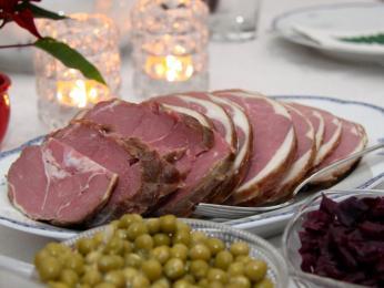 Tradiční vánoční na plátky nakrájené uzené skopové maso hangikjöt
