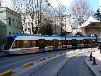 Hizli tramvay / rychlá tramvaj, jediný prostředek hromadné dopravy, který zajíždí až do centra