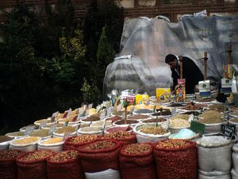 Stánek skořením a oříšky pod Velkým bazarem