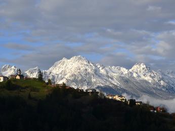 Vysoko vhorách bývá sníh ještě vlétě