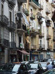 V úzkých italských uličkách je opravdu těsno