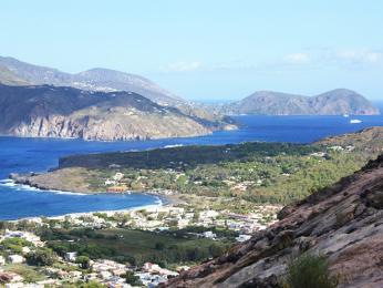 Liparské ostrovy se zátokami askalami padajícími do moře