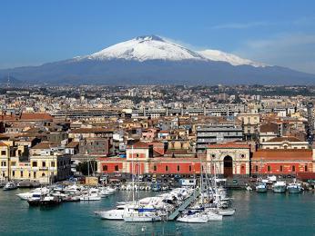 Pohled na Catanii, hlavní město Sicílie, společně svrcholem sopky Etna